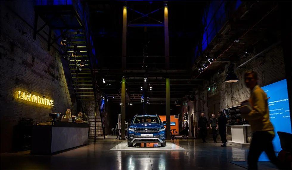越野车全球发布会活动策划的特殊玻璃门很有吸引力