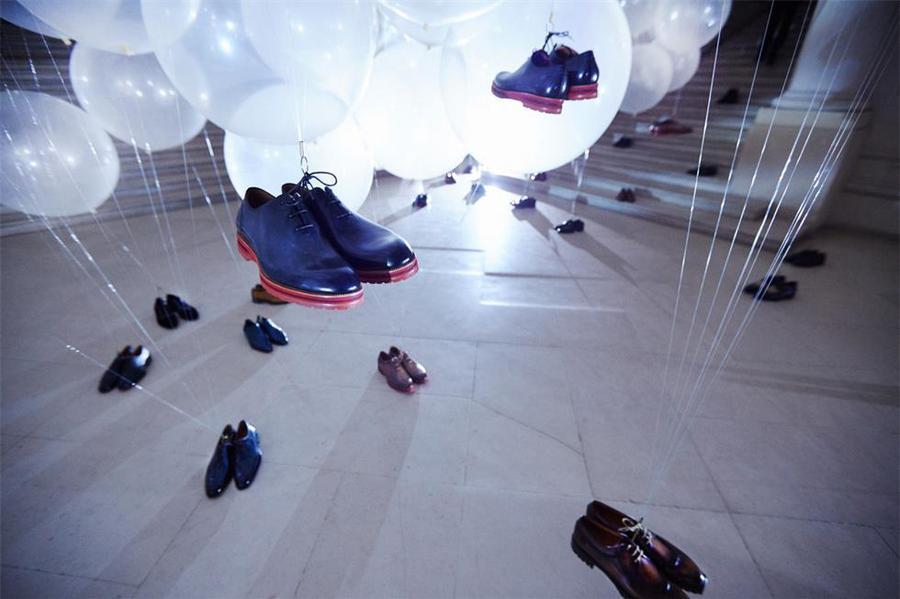 服饰奢侈品牌发布会活动策划的透明气球带着鞋子准备起飞