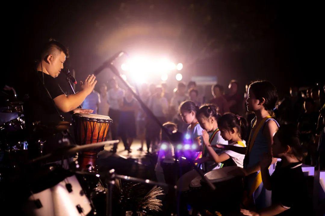 龍湖里夜色里的创意市集活动策划有着自己分外鲜明的性格棱角