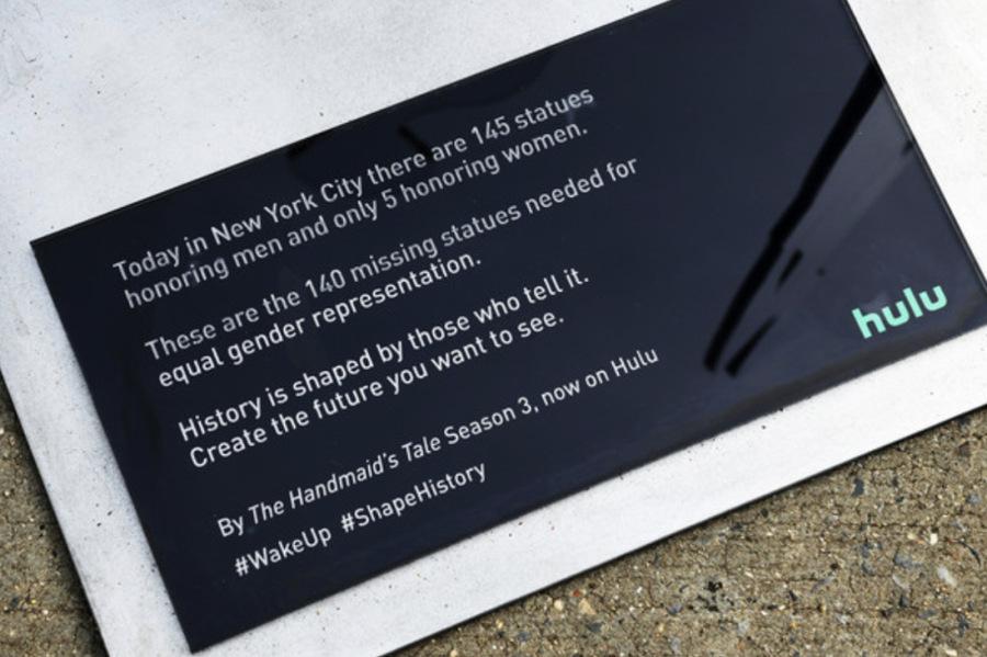 「侍女的故事」推广活动策划的140座女性雕像激励着女性自强奋斗