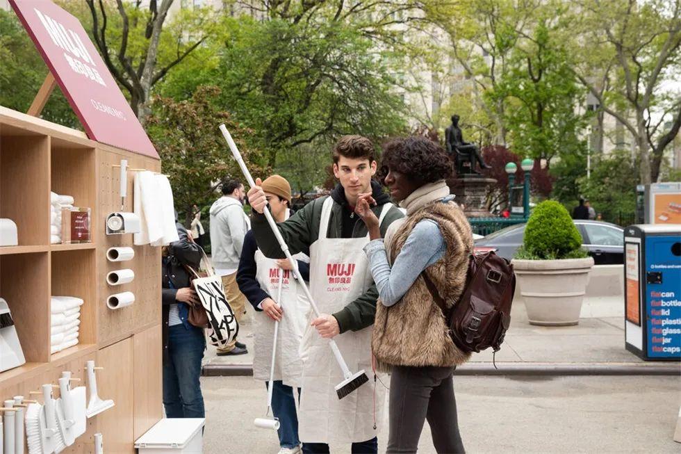 无印良品在纽约熨斗广场策划的移动清洁亭快闪店活动蛮有趣的
