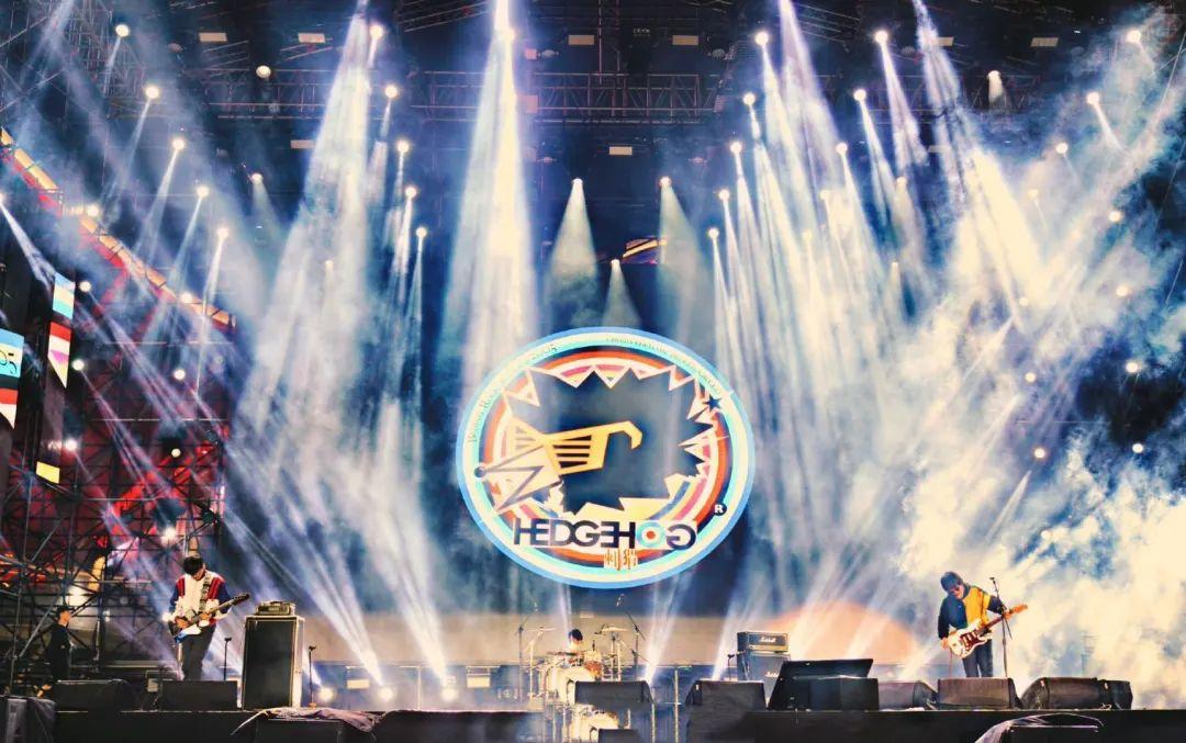 青岛凤凰音乐节活动策划的舞美和现场体验,堪称体育级别演唱会