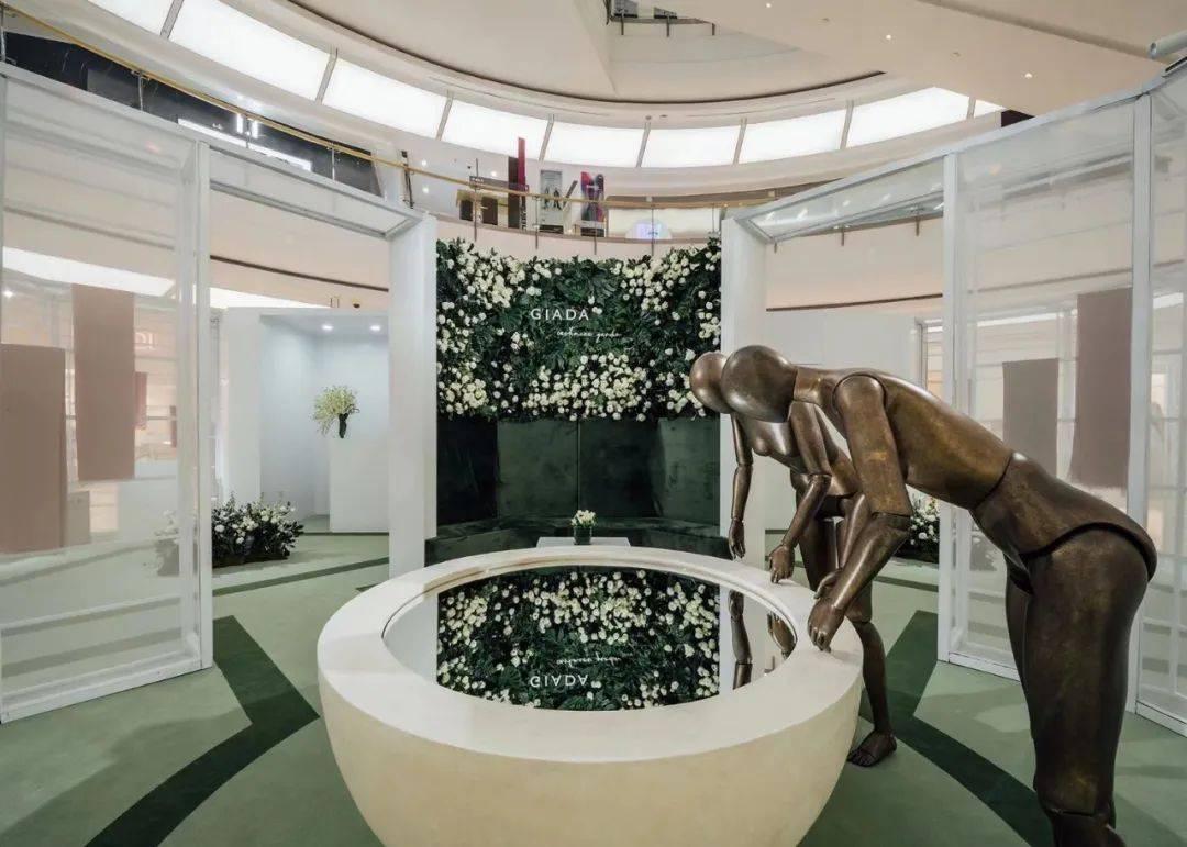GIADA「羊绒花园」快闪店活动策划的艺术花墙与镜面装置相映成趣