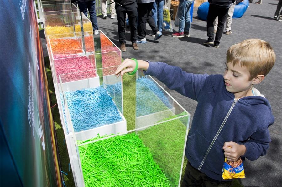 环保激活活动策划制作了5万个彩色高尔夫球座,帮助地球的形式很新颖