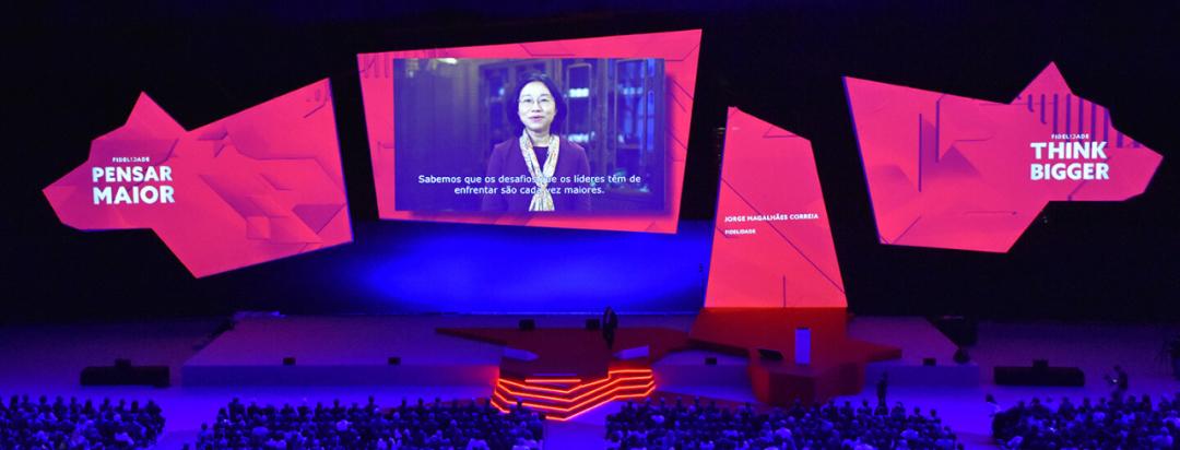 企业年会活动策划舞美的背景屏幕竞设计成可移动式,有趣