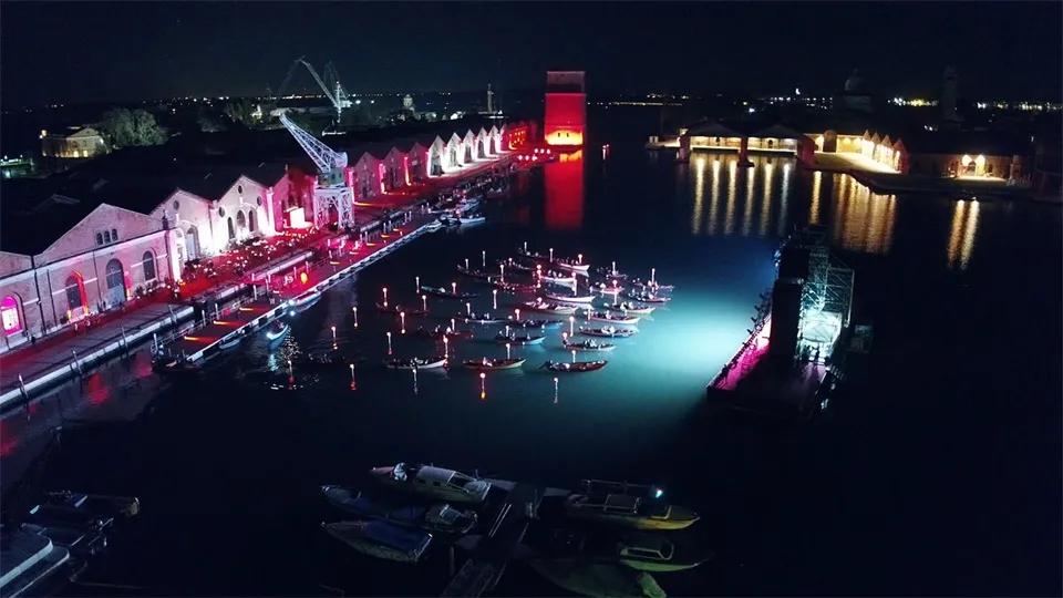 水上电影院活动策划在整个漂浮的结构上容纳了整个舞美设计,酷
