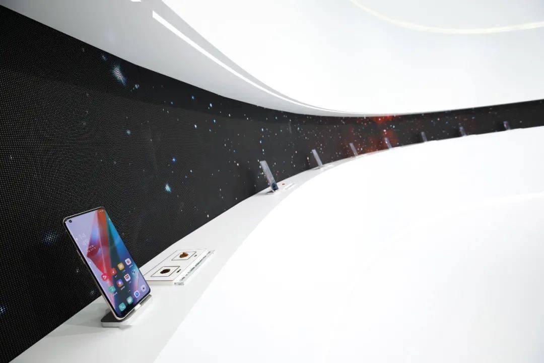 前方高能!滨湖步行街C位被「太空飞碟」造型的快闪活动策划承包了