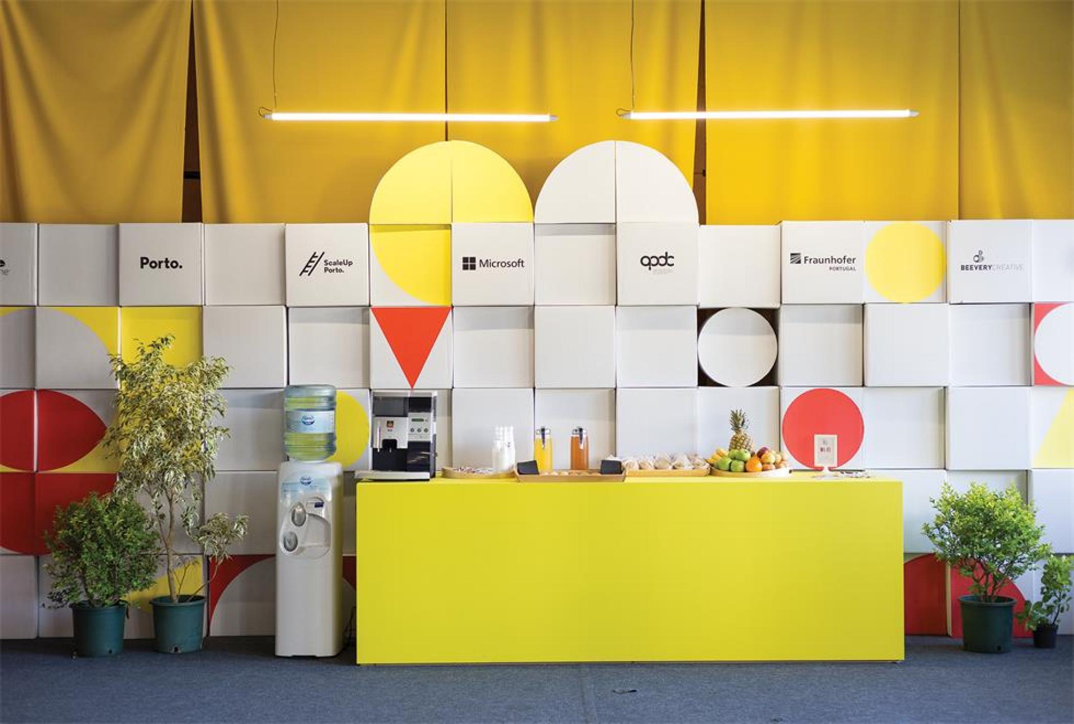 黑客节活动策划现场用纸板箱和瓦楞纸做的造型装饰太有意思了