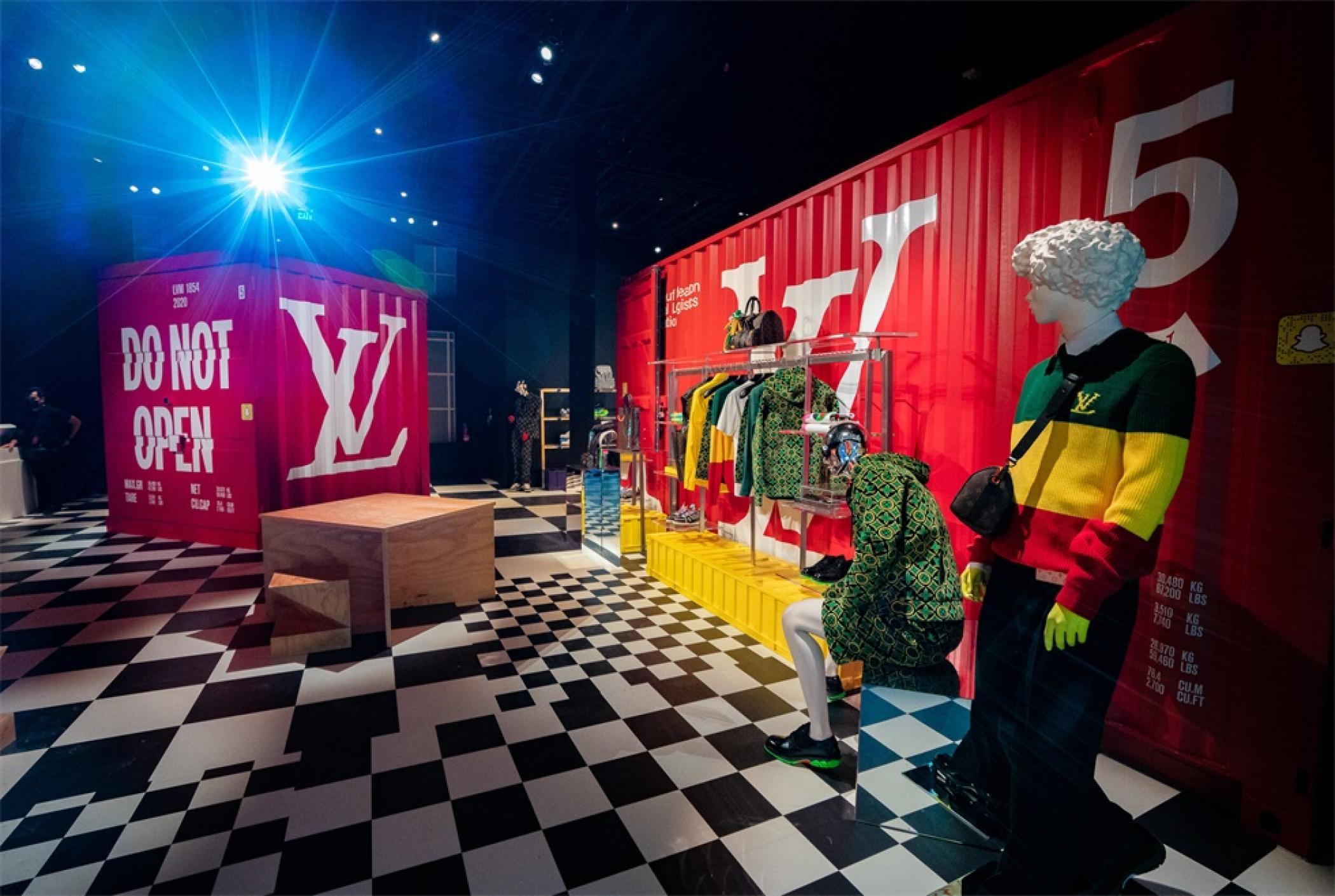 「路易.威登男人的临时居所」艺术展示活动策划的鲜红集装箱入口亮了